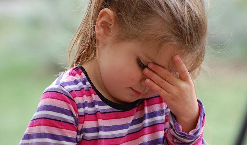 signs child needs eye test