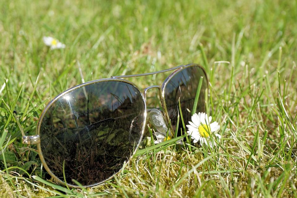 Sunglasses_summer_in_grass