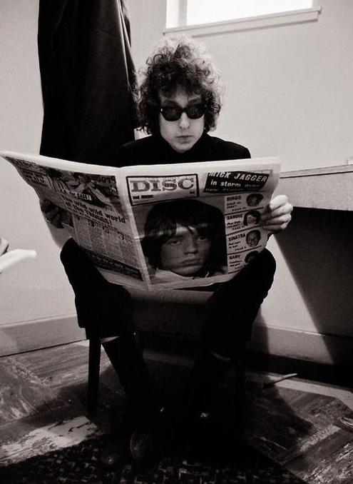 Bob-Dylan-Reading-Newspaper-Mick-Jagger