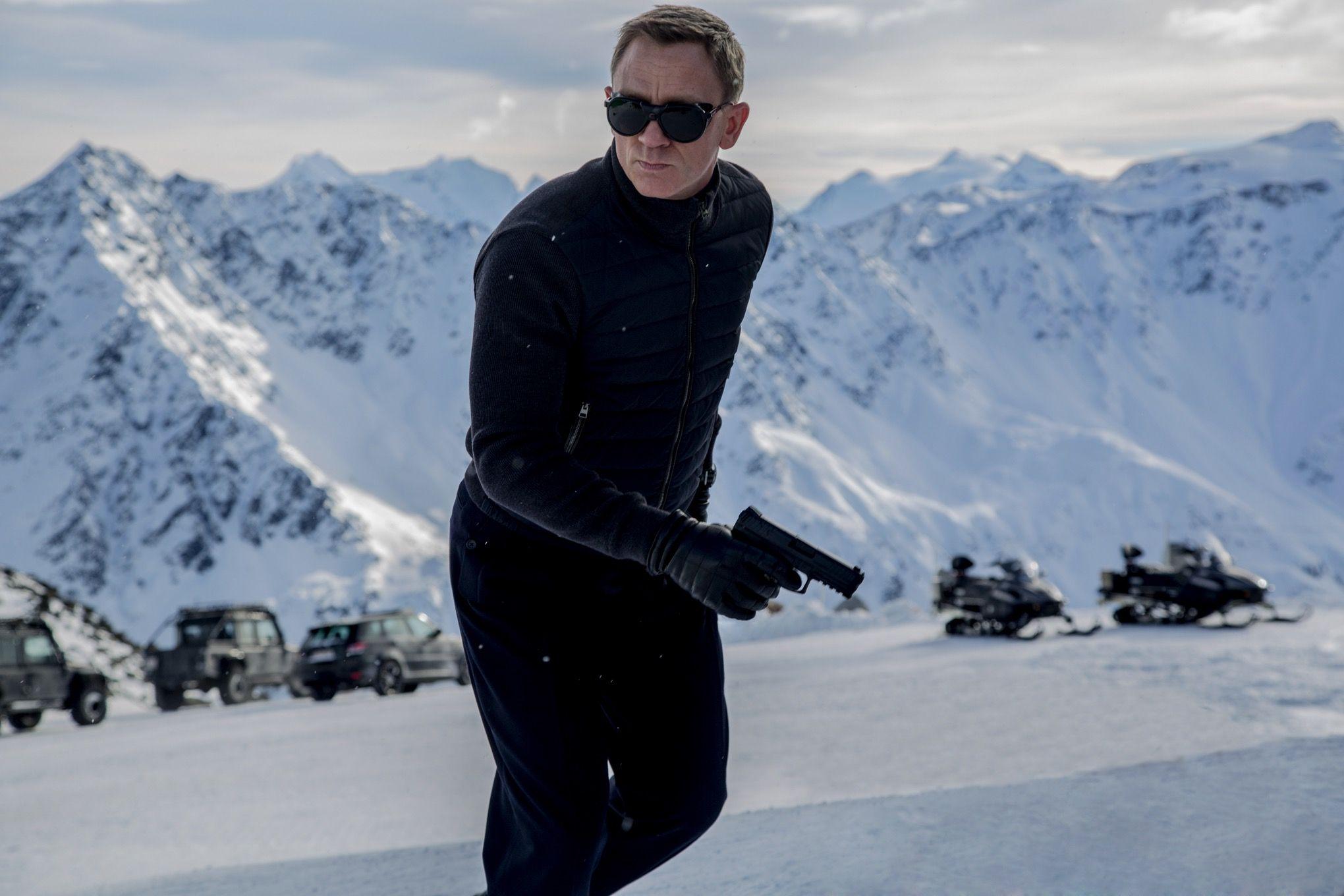 Daniel-Craig-as-James-Bond-in-Spectre-wearing-vintage-Vaurnet-Sunglasses
