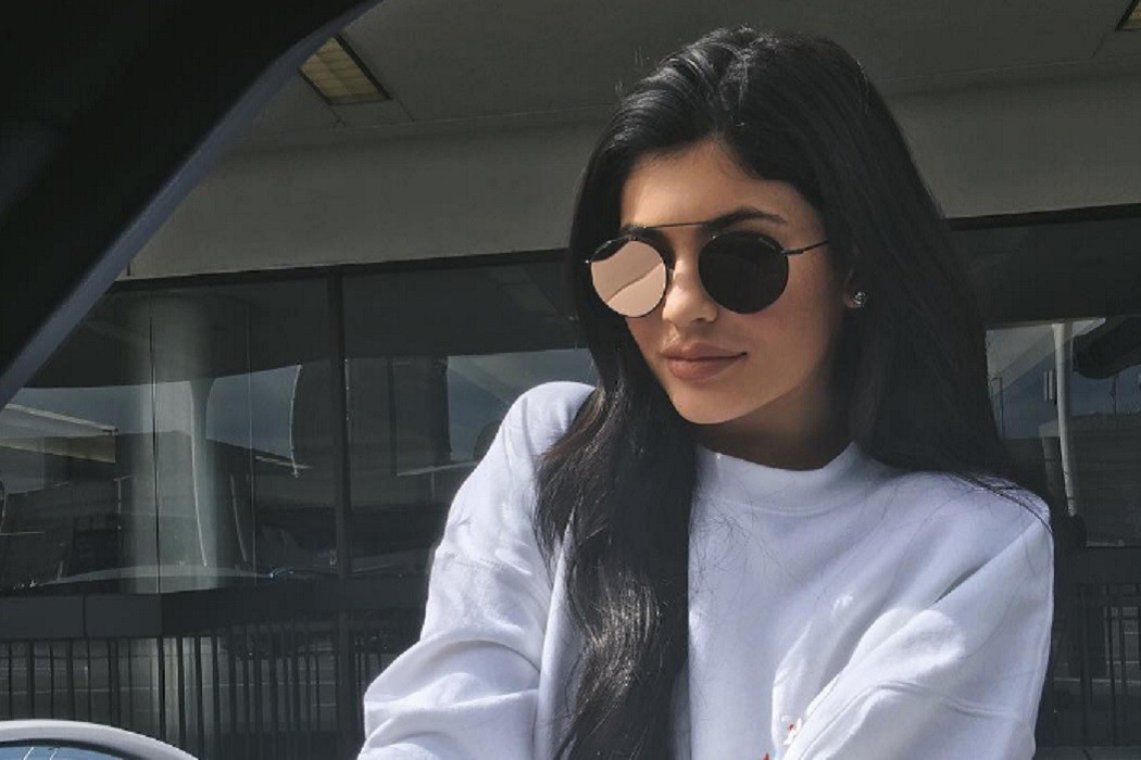 kylie jenner metallic lips matching sunglasses